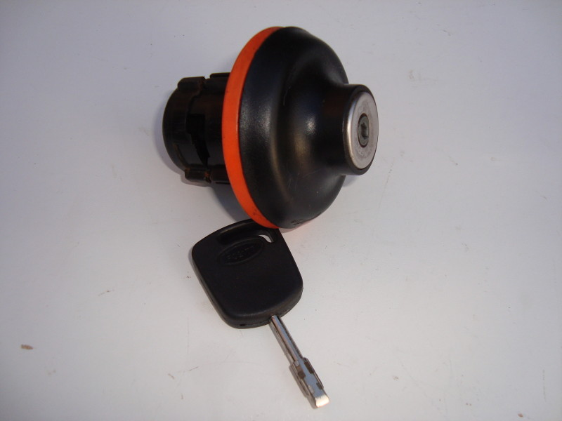 Locking fuel cap with key